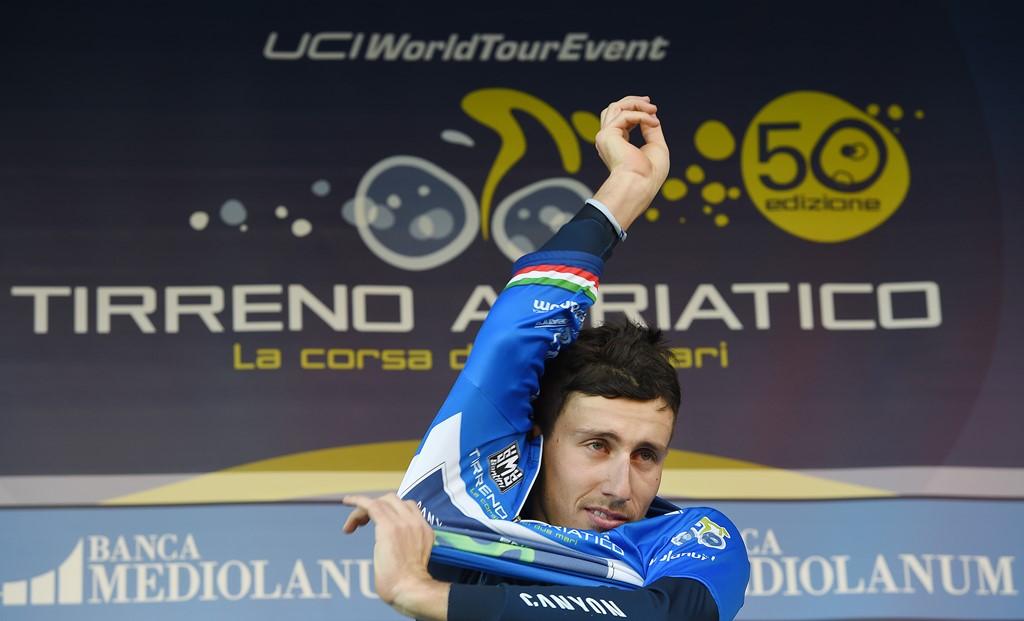 Adriano Malori indossa la Maglia Azzurra al termine della 2^ tappa della Tirreno-Adriatico 2015