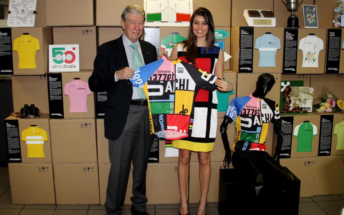 Felice Gimondi mostra la maglia del Ventennale
