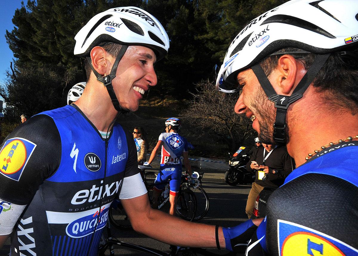 Davide Martinelli ringrazia il compagno Fernando Gaviria dopo la vittoria nella seconda tappa del Tour La Provence