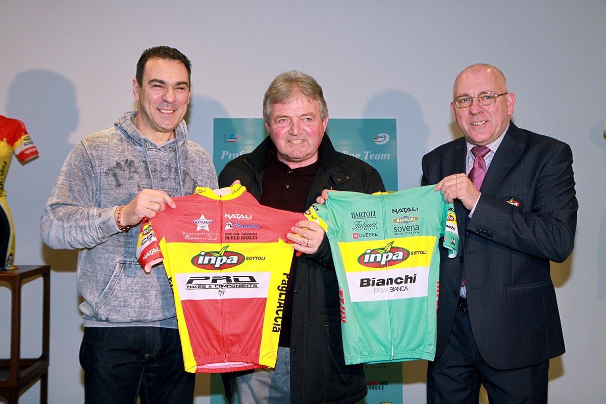 I dirigenti mostrano le maglia 2016 della Inpa Bianchi e del Cycling Team San Vincenzo Inpa