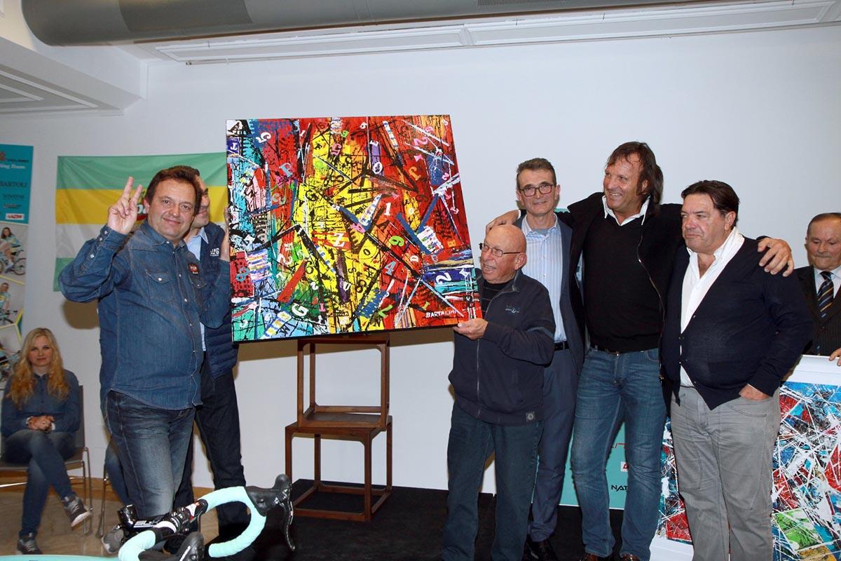 Marcello Bartalini dona uno dei suoi quadri a Franco Vita