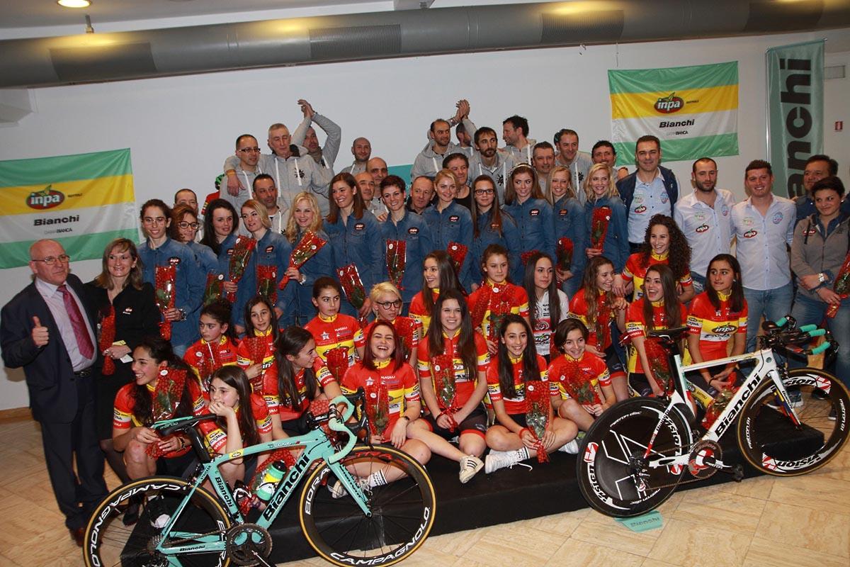 Foto di gruppo tra il Team Inpa Bianchi e il Cycling Team San Vincenzo Inpa