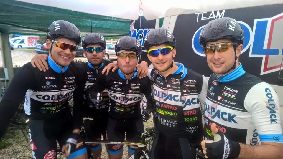 Filippo Ganna festeggiato dai compagni del Team Colpack