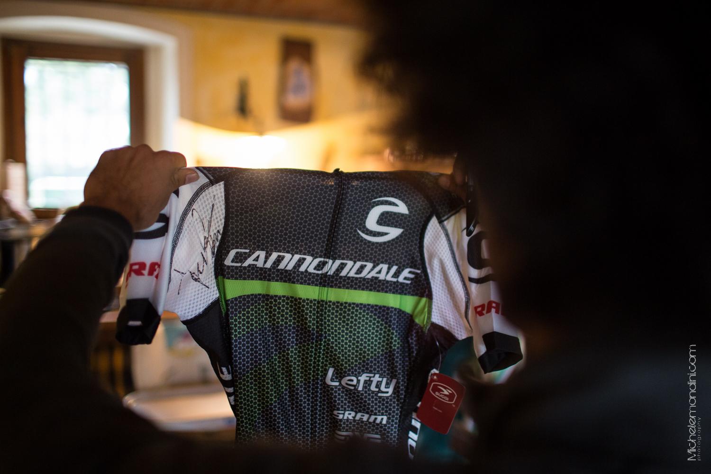 Marco Aurelio Fontana mostra la sua maglia