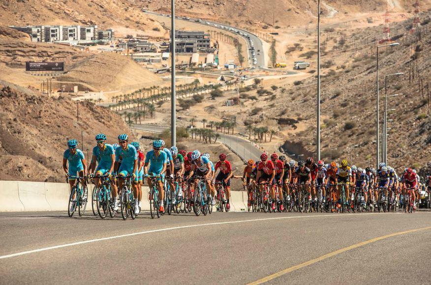gruppo in azione durante la quinta tappa del Tour of Oman