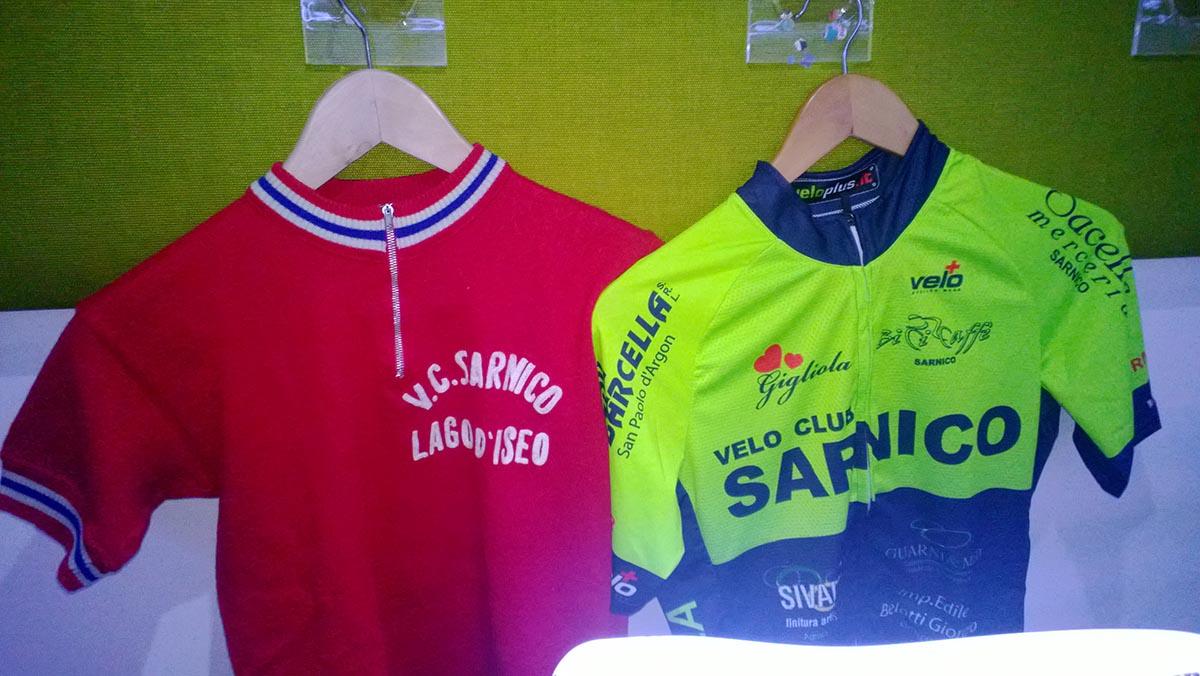 La vecchia maglia storica e la nuova del Velo Club Sarnico