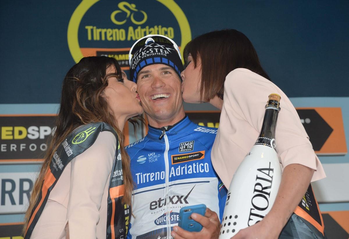 Bacio con selfie per il confermato leader della Tirreno-Adriatico Zdenek Stybar