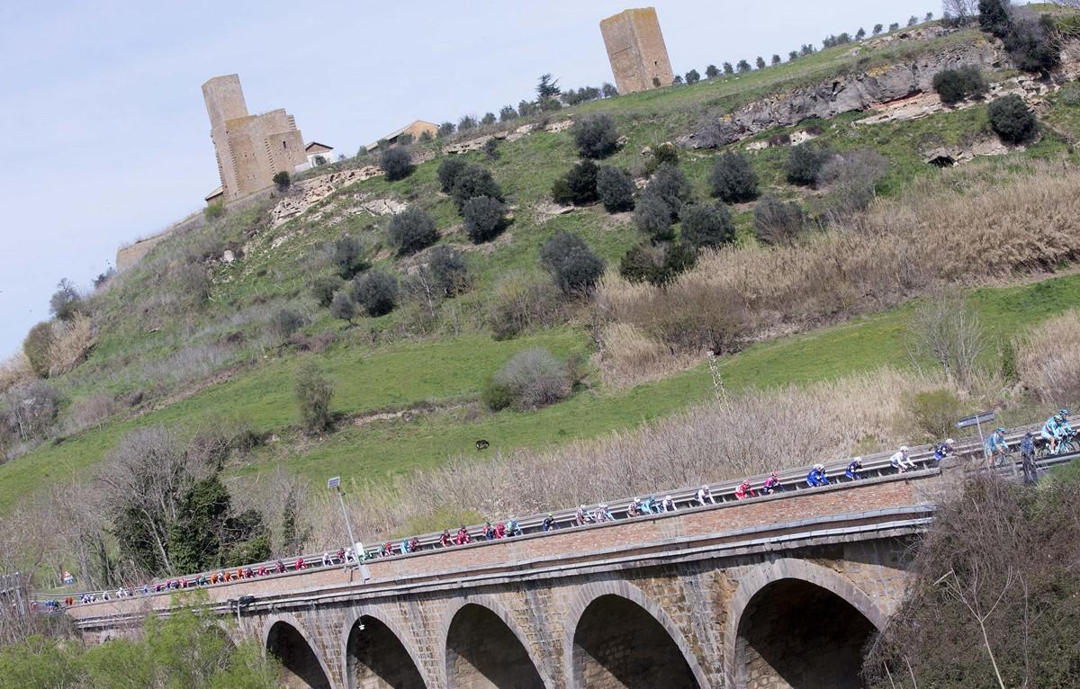 Un suggestivo passaggio della quarta tappa della Tirreno-Adriatico
