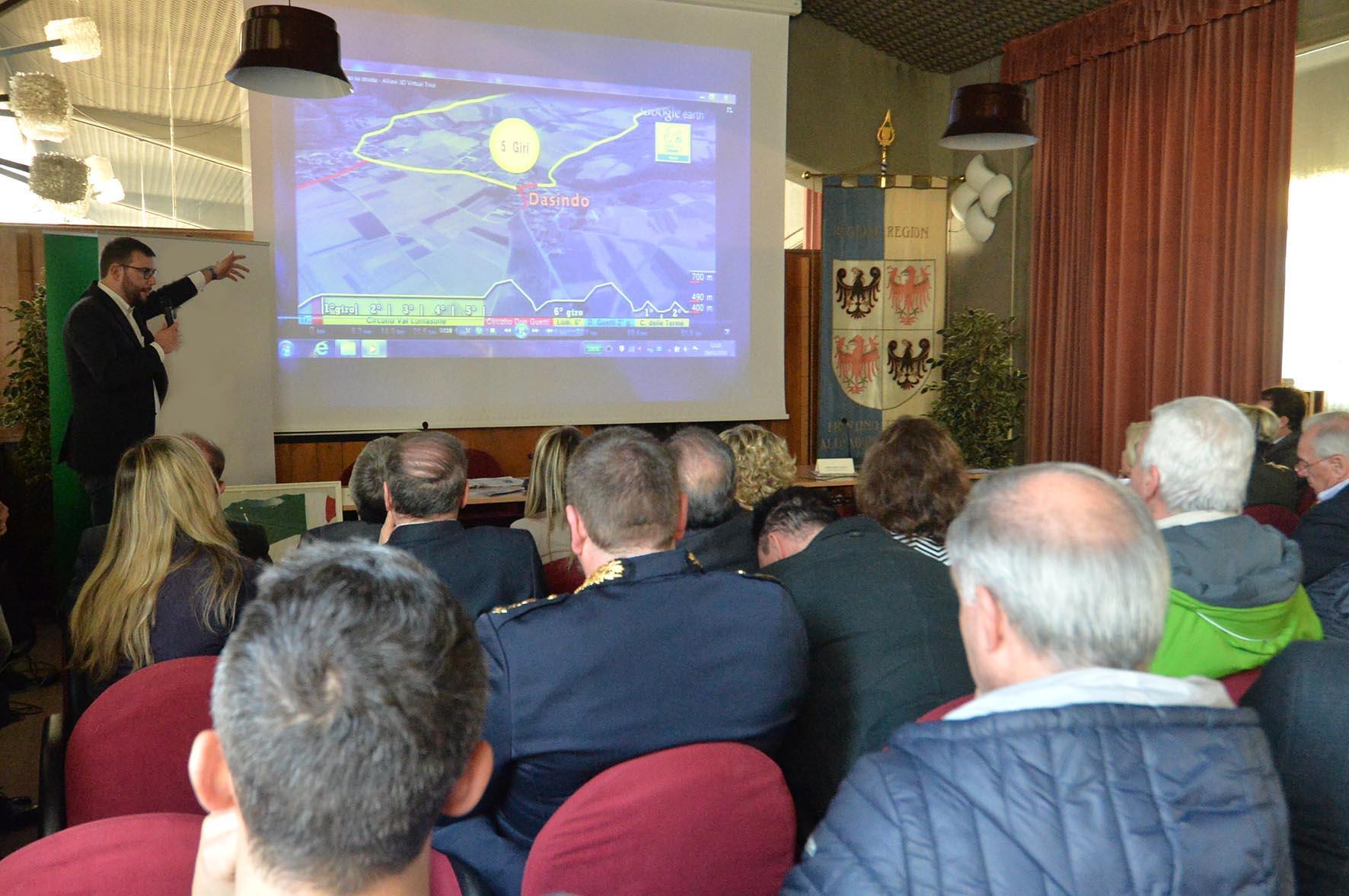 Presentazione dei Campionati Italiani di Ciclismo su Strada esordienti e allievi 9-10 luglio 2016 Terme di Comano, il sindaco di Fiavè e nel comitato organizattivo Angelo Zambotti, spiega i percorsi