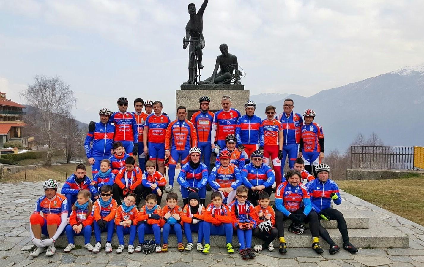 Tutto il gruppo della Brugherio Sportiva al Ghisallo
