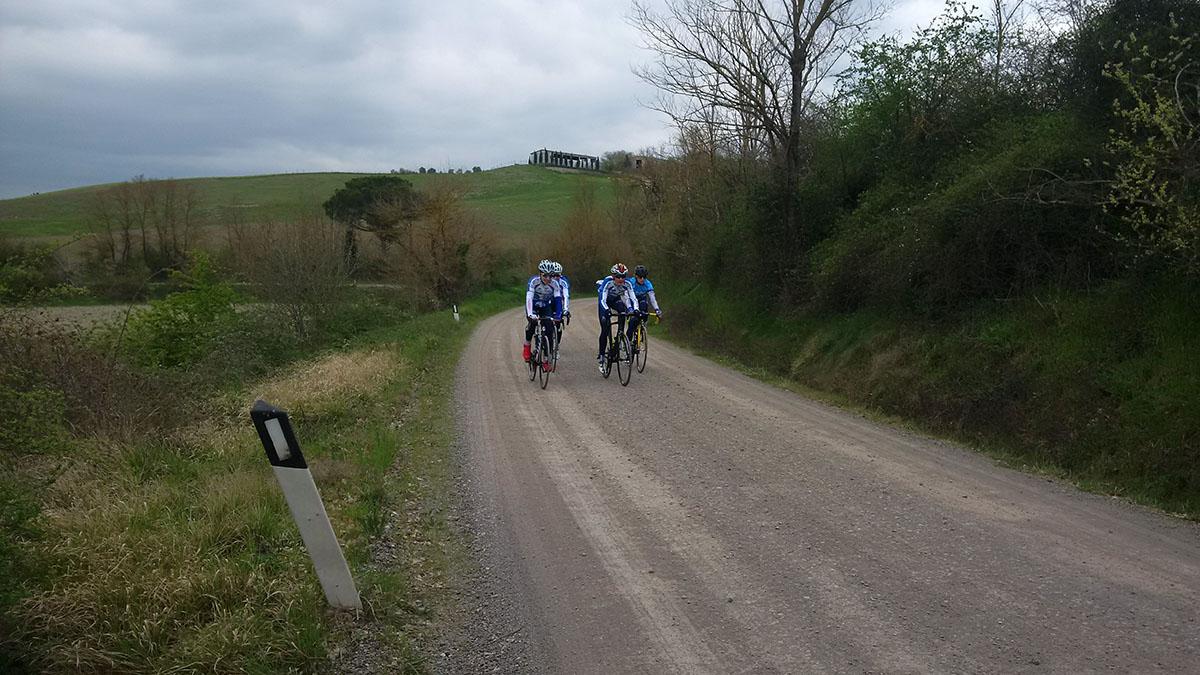I ragazzi pedalano sulle Strade Bianche