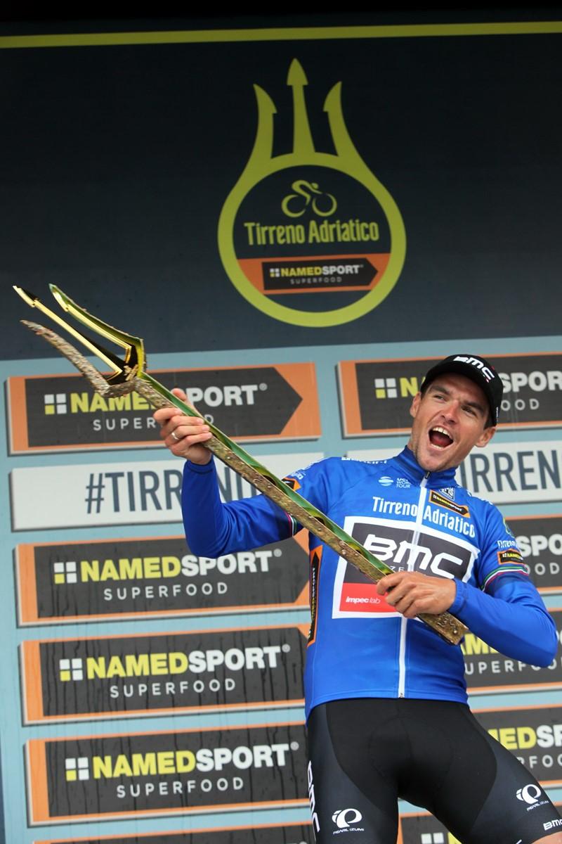 Greg Van Avermaet (BMC) con il tridente da re della Corsa dei Due Mari