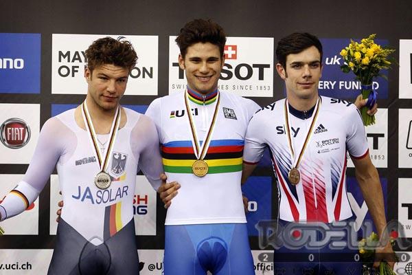Filippo Ganna sul podio da campione del Mondo dell'Inseguimento a Londra (foto Rodella)