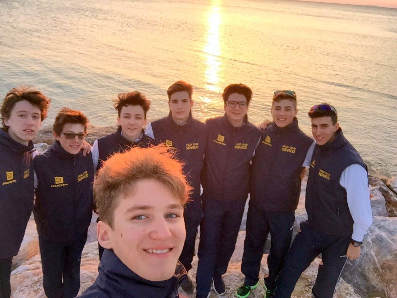 Selfie in spiaggia per i ragazzi del Velo Club Sovico