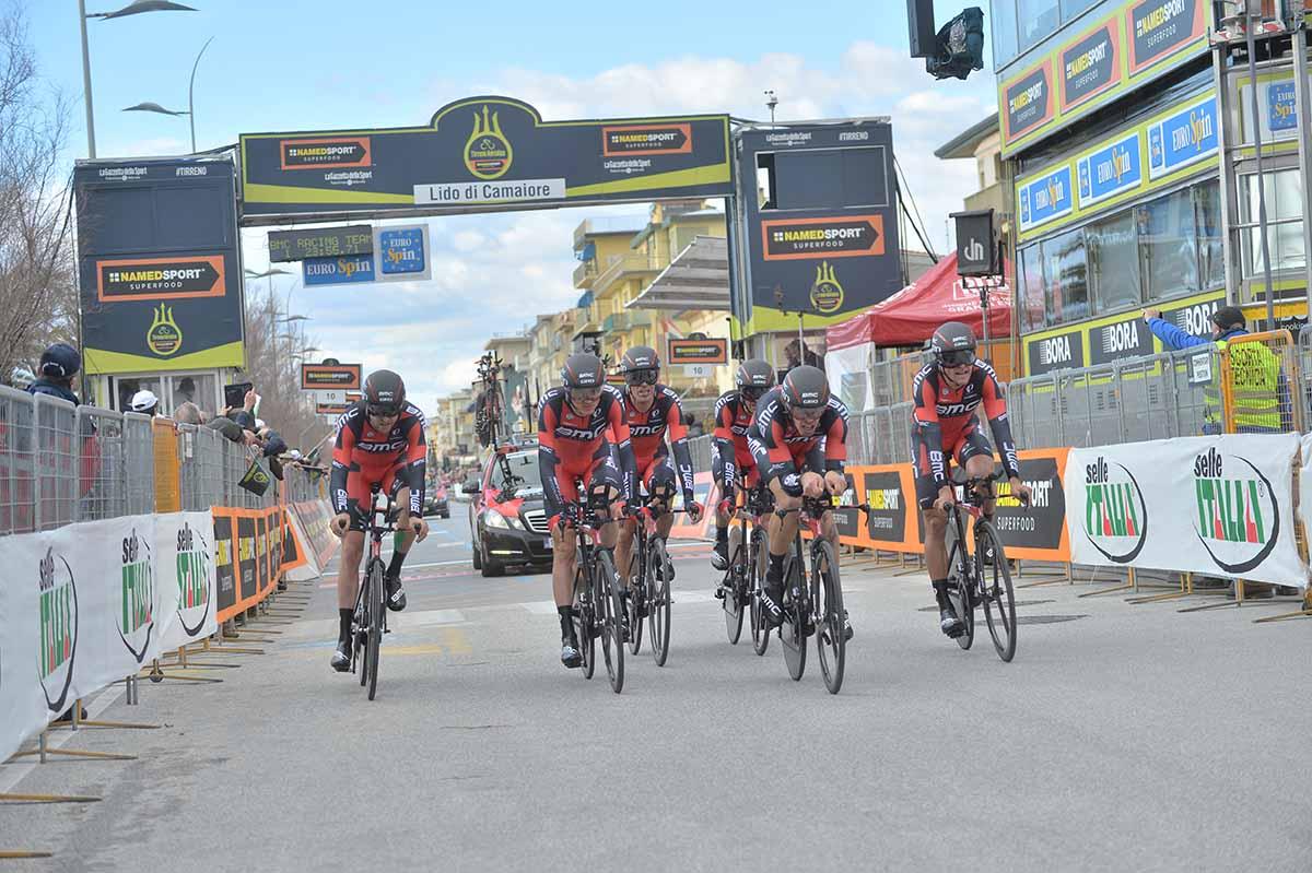 L'arrivo della BMC Racing Team squadra vincitrice della cronosquadre della Tirreno-Adriatico