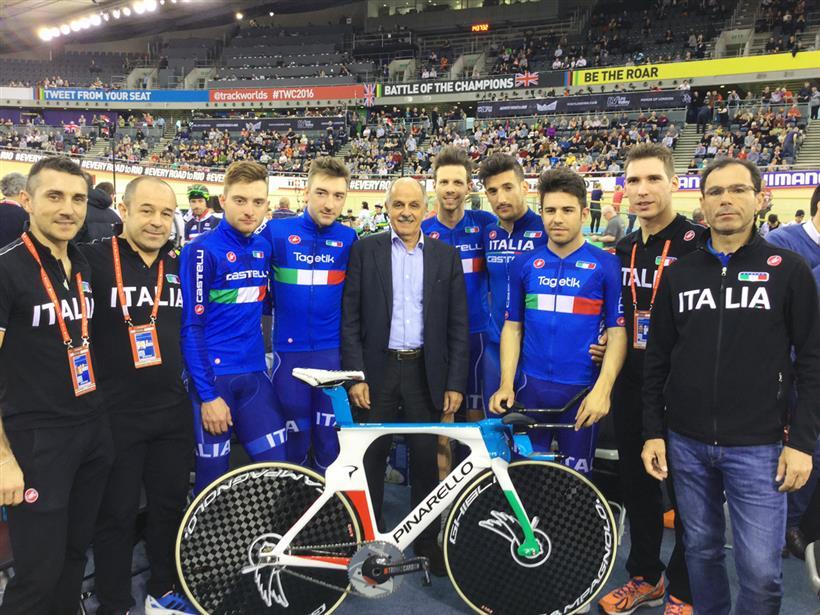 Gli azzurri festeggiano il nuovo record italiano dell'Inseguimento a squadre