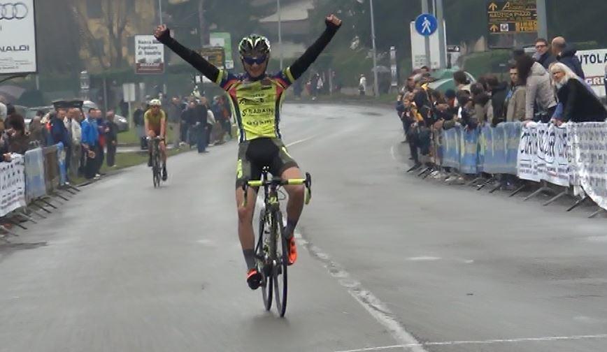 Samuele Carpene (Off. Alberti Uc Val d'Illasi) vince sul traguardo di Albano