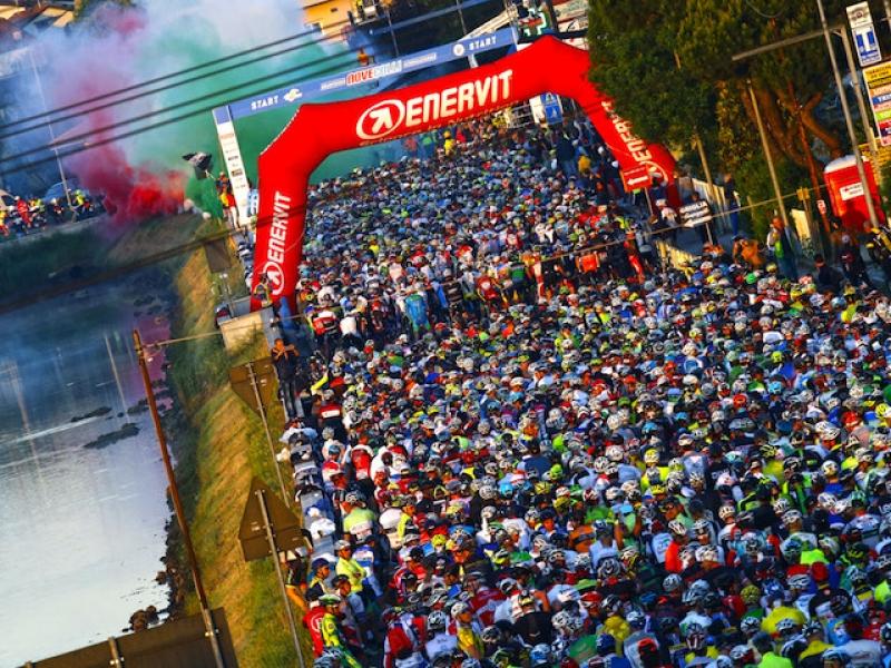 La partenza dei 12.000 partecipanti alla Nove Colli 2016