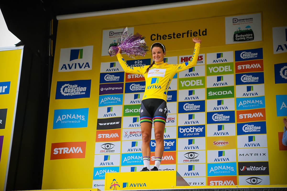 Lizzie Armitstead veste la maglia gialla di leader
