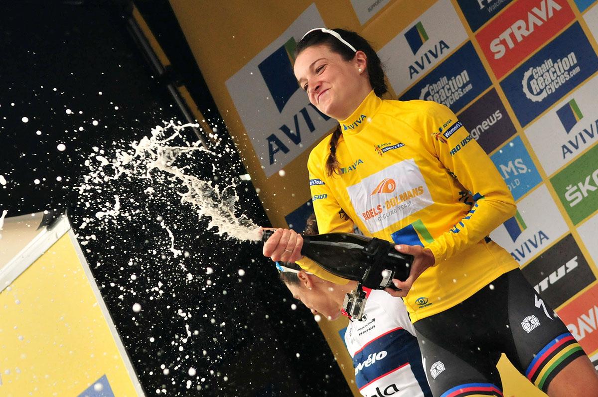 Lizzie Armitstead festeggia la vittoria finale nell'Aviva Women's Tour