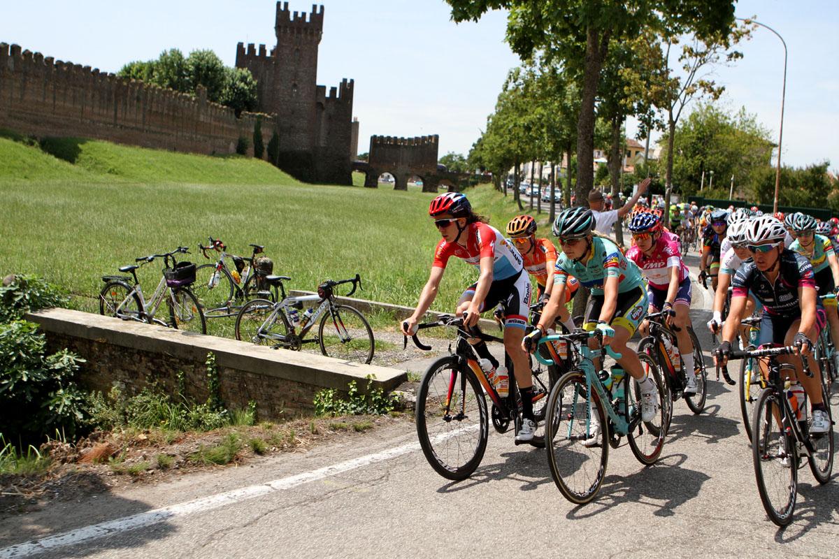 Un suggestivo passaggio della terza tappa del Giro Rosa