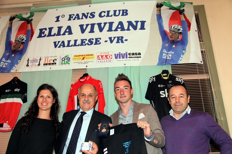 Elia Viviani con Elena Cecchini, il presidente Fci Di Rocco ed il CT Marco Villa all'ultima festa del Fans Club