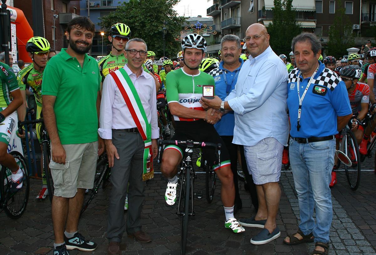 Il campione italiano Simone Consonni premiato dagli organizzatori