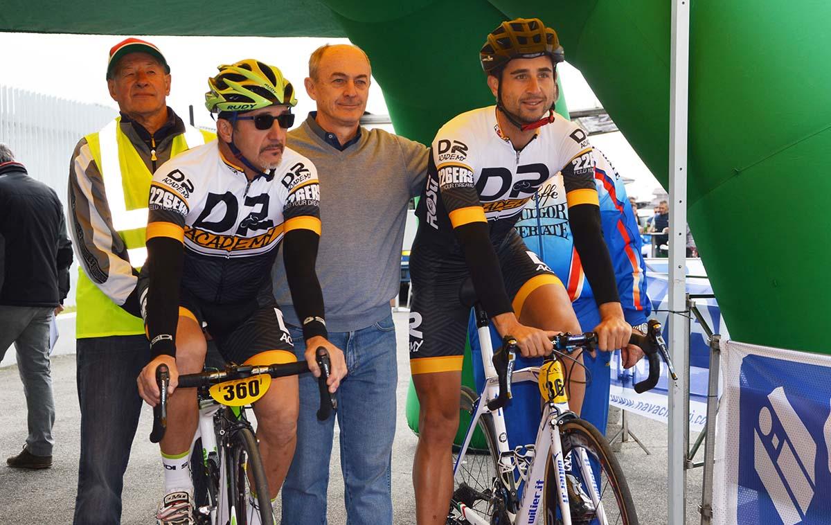 Adriano Nava posa alla partenza con il professionista Daniele Ratto