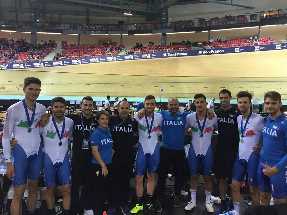 Il gruppo azzurro festeggia l'argento nell'Inseguimento a squadre maschile