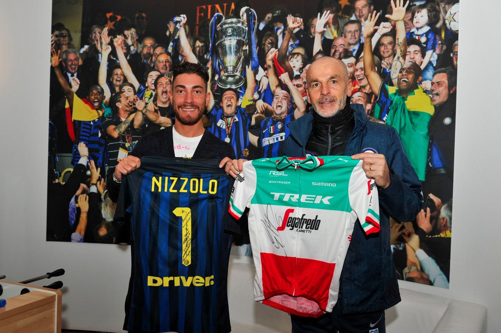 Scambio di maglie tra Giacomo Nizzolo ed il nuovo allenatore dell'Inter Stefano Pioli