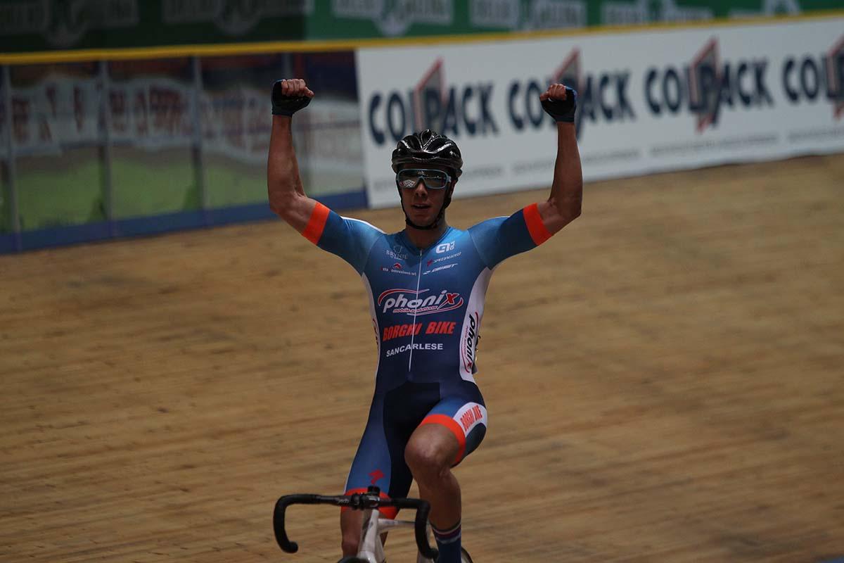Matteo Donegà festeggia la vittoria nel Campionato Italiano Omnium Juniores