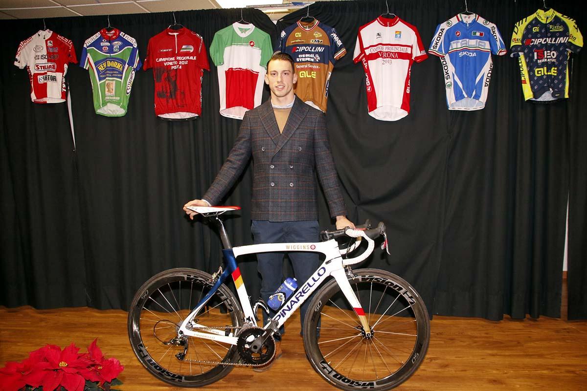 Leonardo Fedrigo con la sua nuova bici Pinarello e le maglie che hanno caratterizzato la sua carriera
