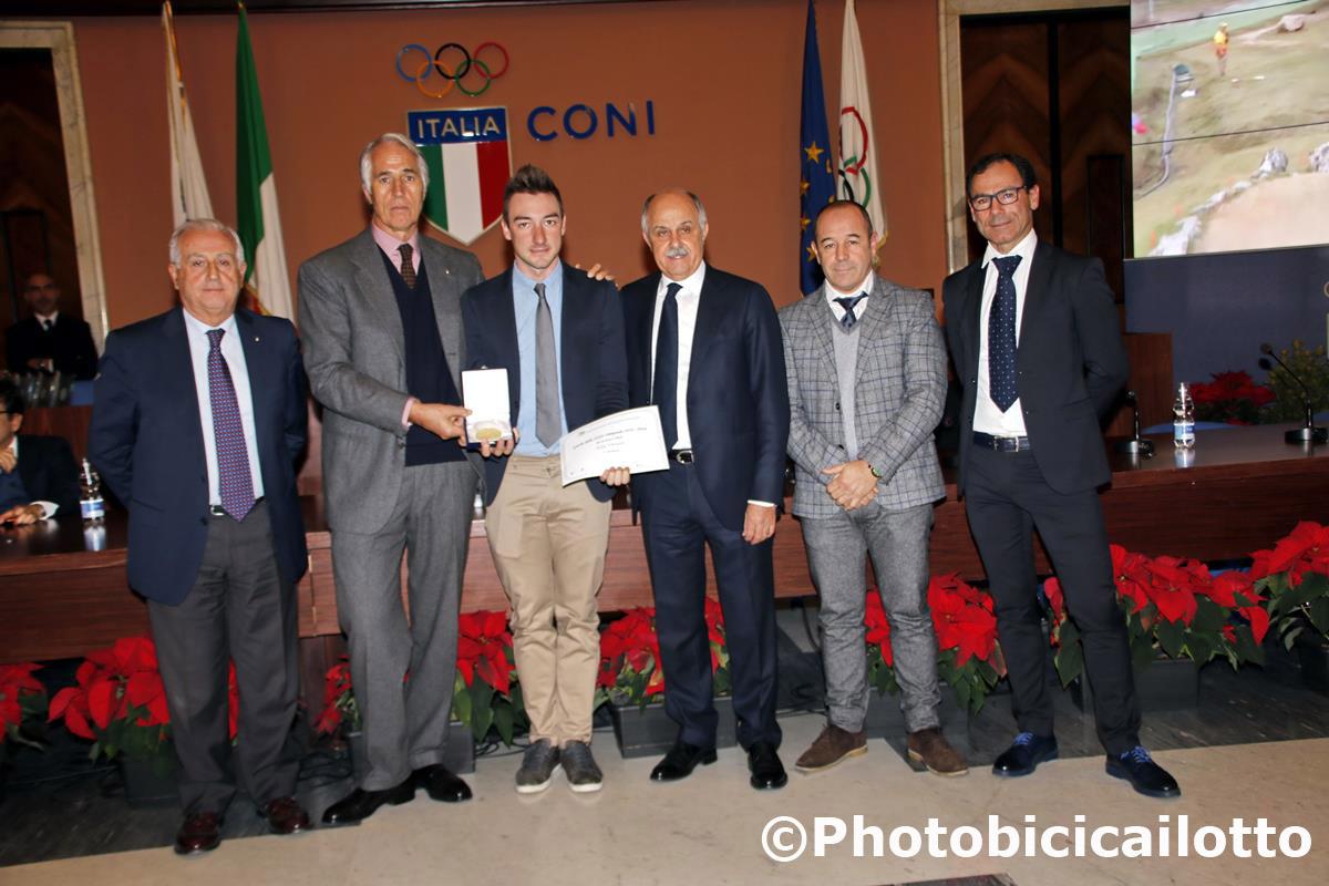 La premiazione del campione olimpico su pista Elia Viviani
