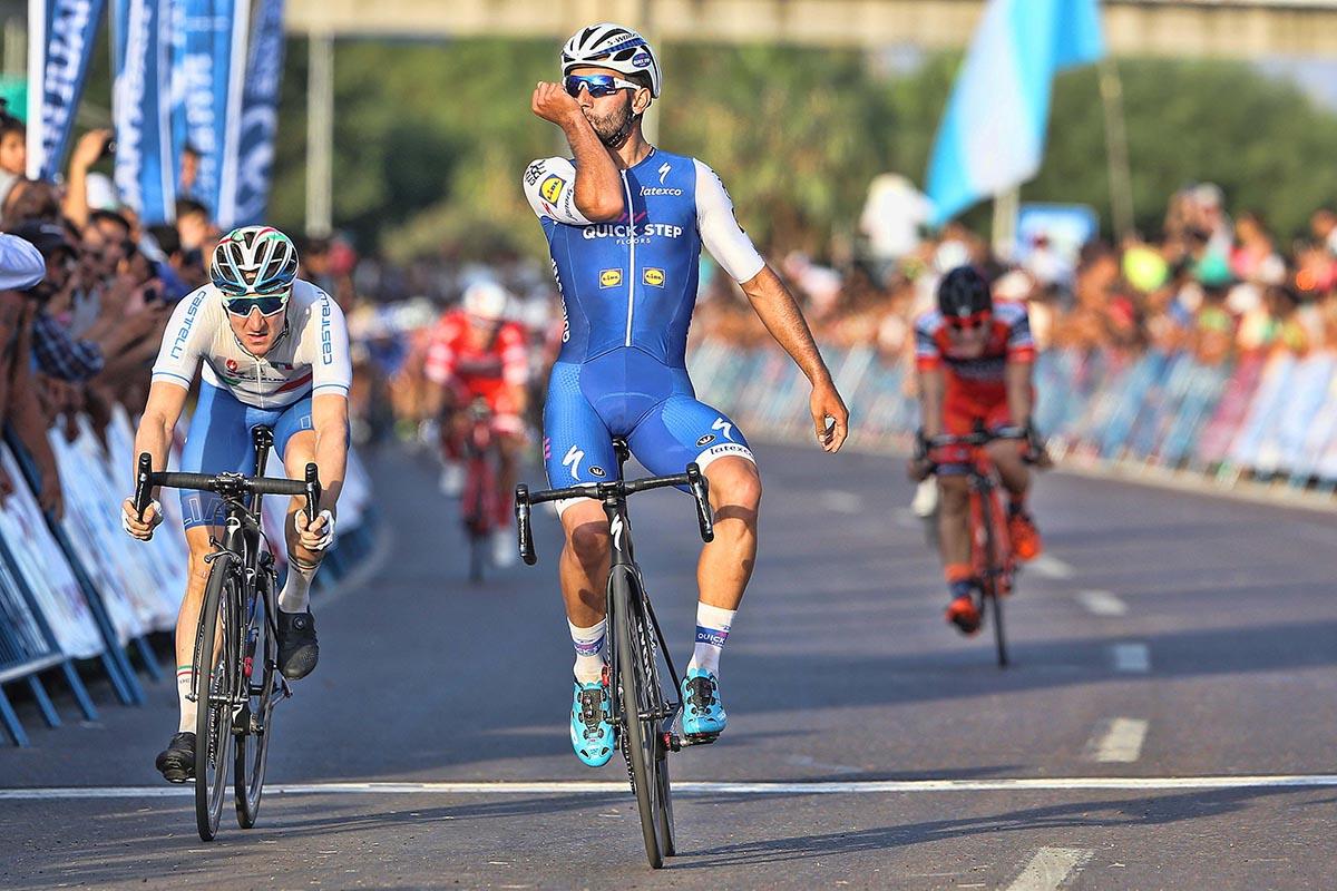 Fernando Gaviria supera Elia Viviani nella prima tappa della Vuelta a San Juan 2017 (foto Ilario Biondi)