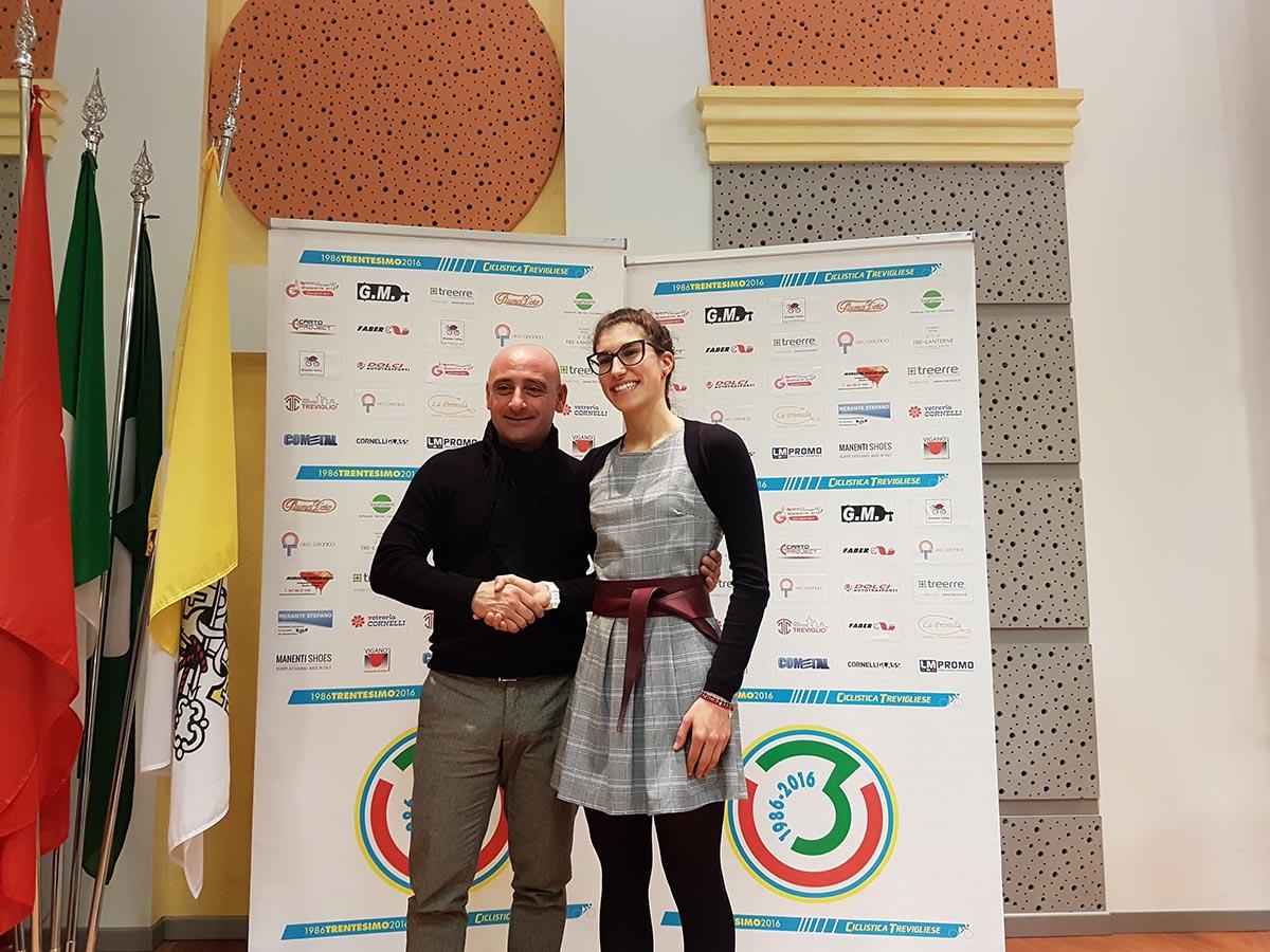 Stretta di mano tra i due campioni del mondo Paolo Bettini ed Elisa Balsamo