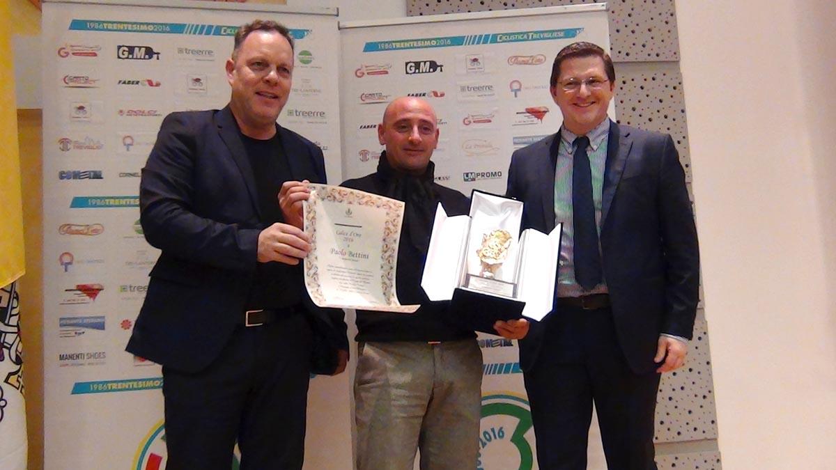 Il presidente Marco Taddeo e il sindaco Juri Imeri premiano Paolo Bettini
