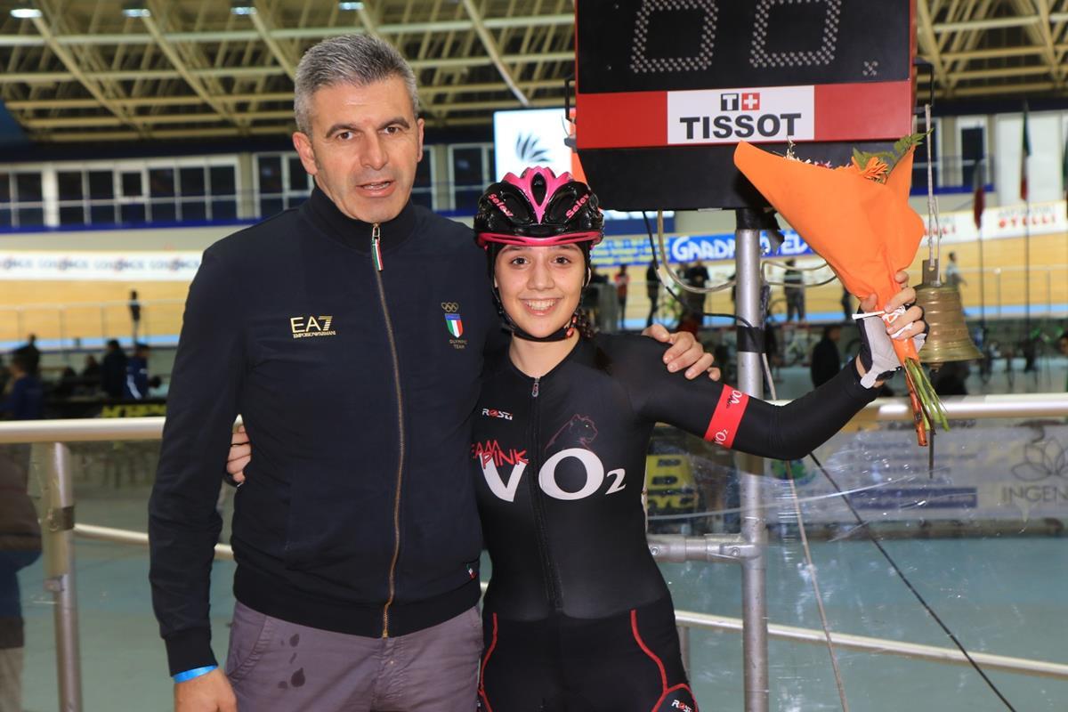 Giulia Affaticati premiata dal collaboratore della Nazionale femminile Paolo Sangalli