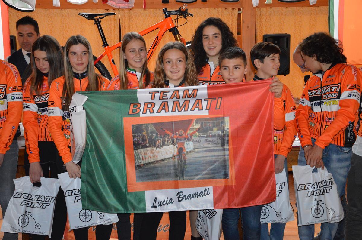 La bandiera personalizzata regalata a Lucia Bramati
