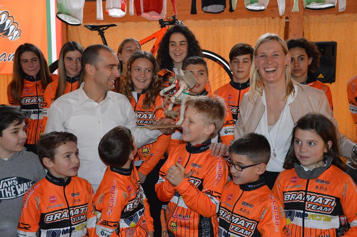 Luca Bramati ed Elena Merenti ricevono un originale regalo dai genitori del ragazzo del team