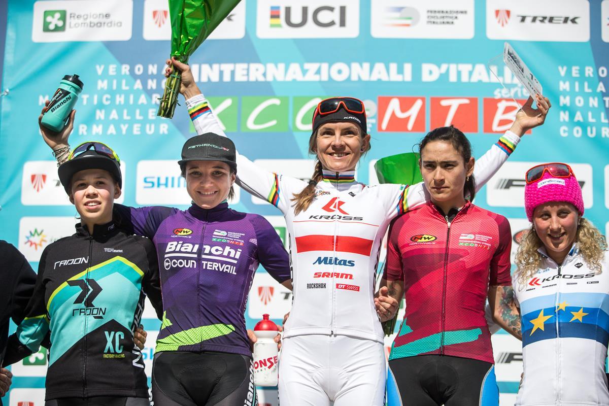 Il podio Donne Elite a La Montagnetta di Milano