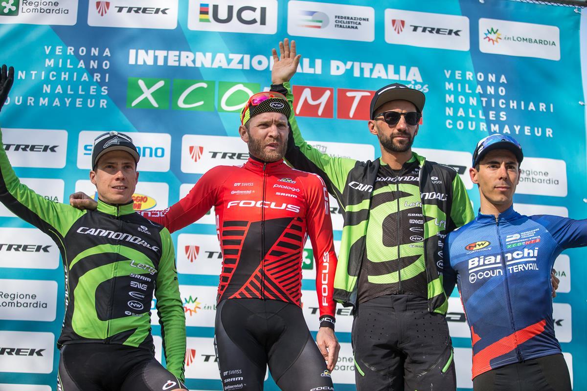 Il podio della gara Elite a La Montagnetta di Milano