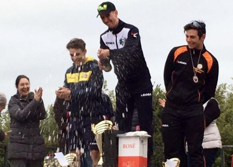 Simone Innocenti festeggia la vittoria sul podio di Aprilia