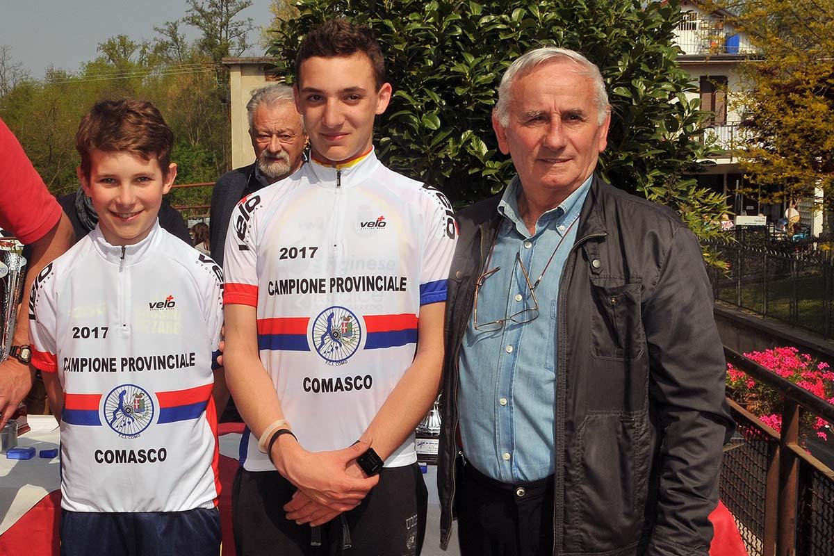 Gabriel Di Paolantonio e Alessandro Ceci campioni provinciali comaschi con il presidente provinciale FCI Franco Bettoni