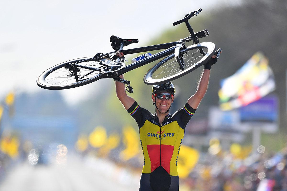 Philippe Gilbert festeggia la vittoria del Giro delle Fiandre 2017 (foto Tim De Waele)