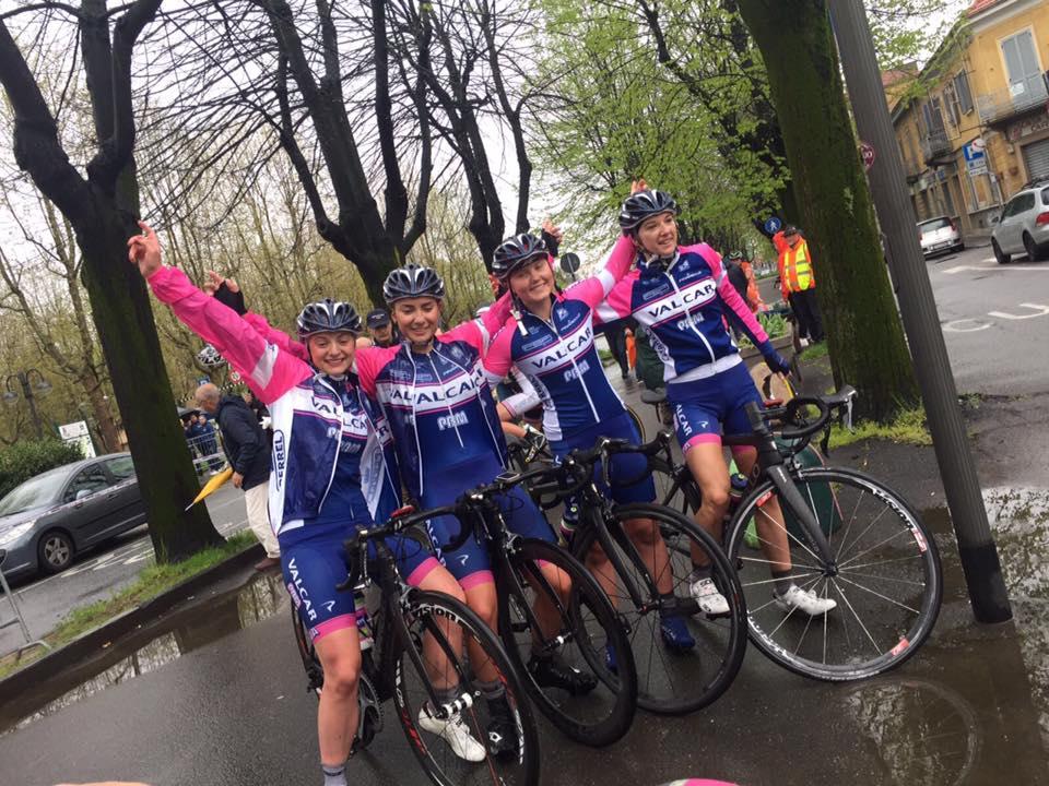 Le ragazze della Valcar-PBM festeggiano la vittoria di Nicole Fede a Collegno