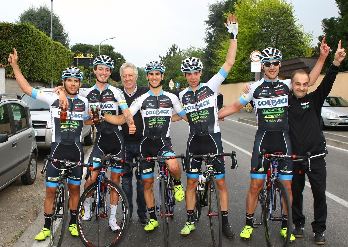 Festa del Team Colpack per la vittoria di Zanoncello a Nerviano