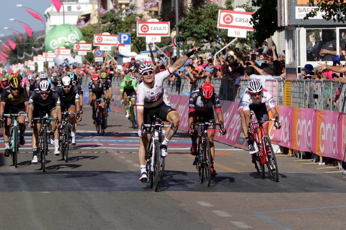 La vittoria di André Greipel nella seconda tappa del Giro d'Italia 2017