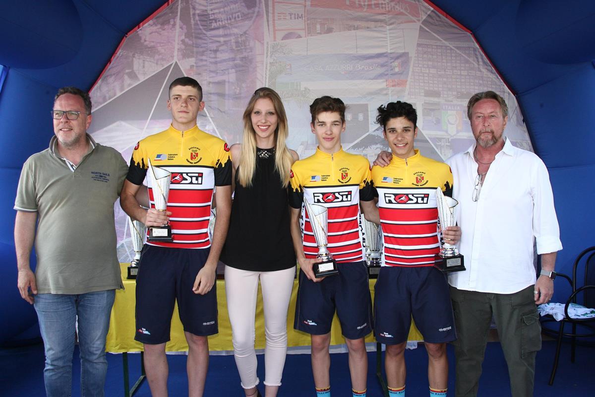 Gli allievi del Team Giorgi indossano la maglia di campioni bergamaschi della cronosquadre