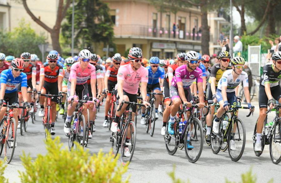 Patrick Dempsey pedala in gruppo al Giro d'Italia