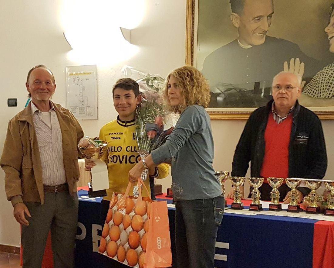 La premiazione di Mirko Fontana miglior Esordiente 1° anno alla Sesto-Inverigo